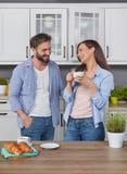 Наслаждаться кофе утра с любовником Стоковая Фотография RF