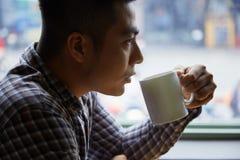 Наслаждаться кофе Стоковое фото RF