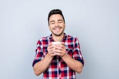 Наслаждаться кофе ` s утра Молодой студент в вскользь носке d Стоковые Изображения