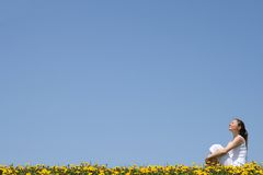 наслаждаться милой женщиной солнечности Стоковая Фотография