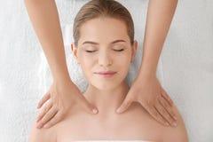Наслаждаться молодой женщины лицевого массажа стоковое изображение