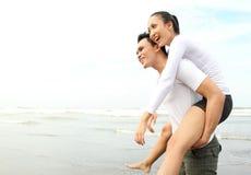 наслаждаться пар пляжа стоковое изображение
