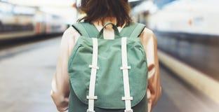 Наслаждаться перемещением Молодая милая женщина ждать на платформе станции с рюкзаком на электропоезде предпосылки Туристская отп стоковые изображения rf