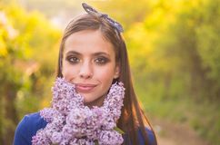 Наслаждаться праздником весны Женщина с составом способа сторона и skincare перемещение в лете Естественная терапия красоты и спа стоковое фото