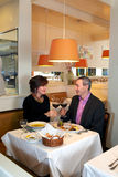 Наслаждаться романтичным обедом Стоковые Изображения