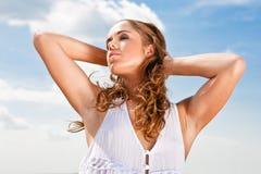 наслаждаться солнечним светом девушки стоковая фотография rf
