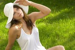 наслаждаться солнцем лужка девушки Стоковое Изображение RF
