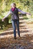 наслаждаться старшими древесинами женщины прогулки стоковые фото