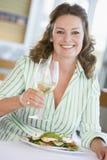 наслаждаться стеклянной женщиной вина mealtime еды стоковое изображение