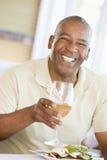 наслаждаться стеклянным вином mealtime еды человека стоковое изображение rf