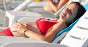наслаждаться супоросой женщиной солнца Стоковая Фотография