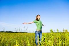 наслаждаться счастливыми детенышами женщины лета Стоковые Фото