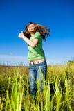 наслаждаться счастливыми скача детенышами женщины лета Стоковые Фотографии RF