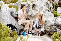 Наслаждающся горячим питьем после холодные дни hike Стоковая Фотография RF