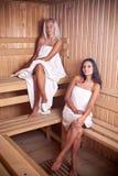 наслаждающся горячим sauna 2 женщины Стоковые Фото