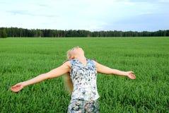 наслаждающся девушкой счастливой outdoors Стоковая Фотография RF