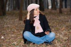 наслаждающся нот девушки outdoors довольно Стоковое фото RF