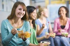 наслаждающся обедами девушок здоровыми подростковыми совместно Стоковые Изображения RF