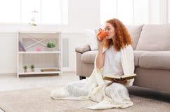 Наслаждающся свободным временем дома девушка книги задумчивая Стоковая Фотография