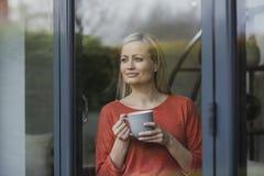 Наслаждающся чашкой чаю дома Стоковое фото RF