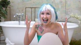 наслаждение Возбужденная девушка Женщина празднуя успех в ванной комнате, победителя сток-видео