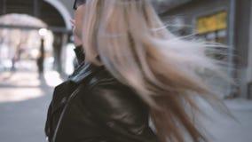 Наслаждение жизни прогулки двора счастливой дамы завихряясь сток-видео