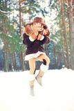 Наслаждение зимы Жизнерадостная девушка имея потеху в лесе Стоковое Изображение RF