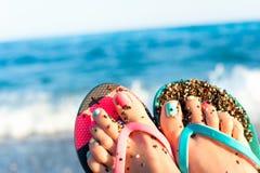 Наслаждение летнего времени! Ноги ` s дамы на пляже Океанские волны подпирают Стоковое фото RF