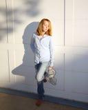 наслаждает детенышами солнечности девушки Стоковое фото RF