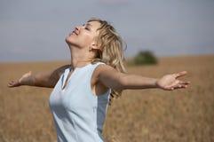 наслаждаться симпатичной ся женщиной солнца Стоковое Изображение RF