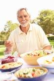 наслаждаться старшием еды человека сада Стоковые Изображения