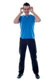 наслаждающся наушниками укомплектуйте личным составом нот стильное Стоковая Фотография RF