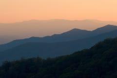 наслаивает заход солнца горы Стоковая Фотография