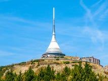 Насмеханный - уникально архитектурноакустическое здание Гостиница и передатчик ТВ на верхнюю часть горы Jested, Либерца, чехии Стоковое Фото