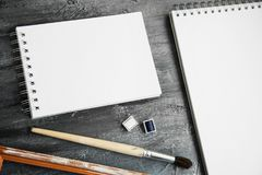 Насмешка альбома художника вверх по шаблону с щеткой и красками Стоковое Фото