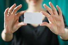 Насмешка вверх женщина держа белую визитную карточку Стоковое Изображение RF