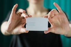 Насмешка вверх женщина держа белую визитную карточку Стоковое фото RF