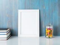 Насмешка вверх по рамке на голубой деревянной стене Стоковая Фотография