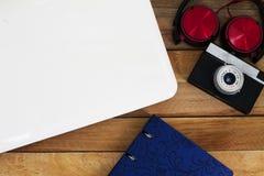 Насмешка вверх стола фотографа с компьтер-книжкой Стоковые Фото
