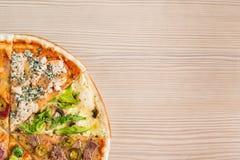Насмешка вверх с космосом экземпляра для текста Составная пицца от кусков  стоковое изображение