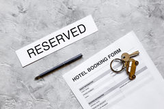 Насмешка взгляд сверху предпосылки стола камня формы для заявления гостиничного номера резервирования вверх Стоковая Фотография RF