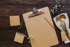 Насмешка доски сзажимом для бумаги вверх с винтажными цветками столового прибора и свадьбы запланирование изображения принципиаль стоковые изображения rf
