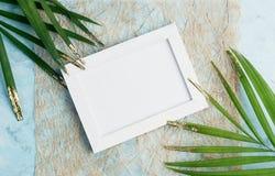 Насмешка плоской рамки фото положения горизонтальной тропическая вверх на бумаге ремесла с зеленым цветом и листьях ладони золота стоковое изображение rf