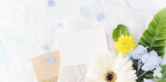 Насмешка плоского лета положения тропическая вверх с бумагой ремесла Стоковая Фотография