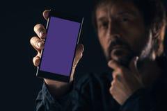 Насмешка смартфона вверх в мужской руке стоковое изображение
