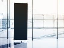 Насмешка стойки шильдика вверх по пустому знамени с современным интерьером Стоковые Фотографии RF