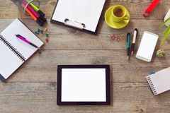 Насмешка стола офиса вверх по шаблону с таблицей, умным телефоном, тетрадью и чашкой кофе Взгляд сверху с космосом экземпляра Стоковая Фотография