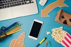 Насмешка Smartphone вверх по шаблону с творческими отростчатыми объектами Дизайн изображения героя вебсайта Стоковое фото RF