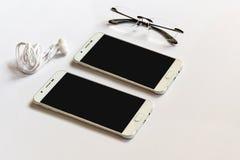 Насмешка Smartphone вверх для представления на современном столе стоковое изображение rf