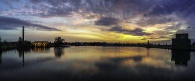 Насосная пара захода солнца с отражением в воде Стоковые Фото